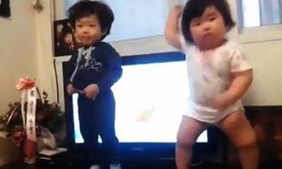 Στρουμπουλό μωρό τρέλανε το YouTube με το χορευτικό του (βίντεο)