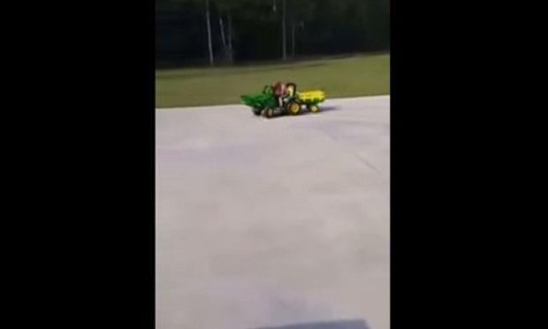Αυτός ο λιλιπούτειος οδηγός φορτηγού κοιμήθηκε την ώρα που οδηγούσε! Δείτε τι έγινε! (βίντεο)