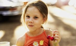 Το παιδί μου ενώ έτρωγε κεράσια, λερώθηκε! Πώς βγαίνει ο λεκές;