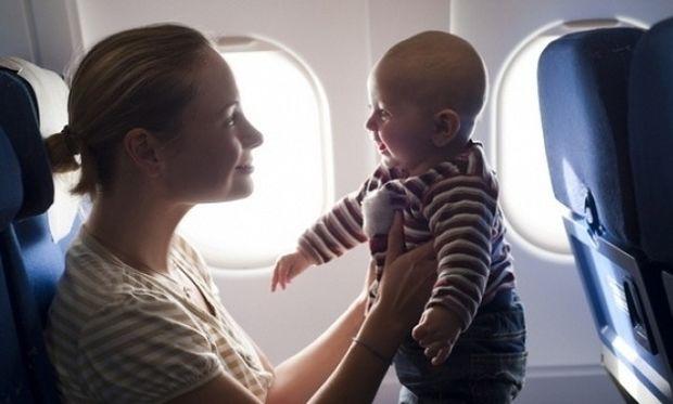Θα ταξιδέψω με αεροπλάνο με το μικρό παιδί μου. Τι πρέπει να γνωρίζω;