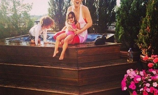 Πασίγνωστη τραγουδίστρια κάνει τζακούζι με τα παιδιά της και «τρελαίνει» το Ίνσταγκραμ! (εικόνες)