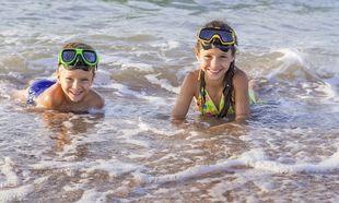 Πώς θα κρατήσετε ασφαλή τα παιδιά στην θάλασσα τώρα που ξεκινούν τα καλοκαιρινά μπάνια