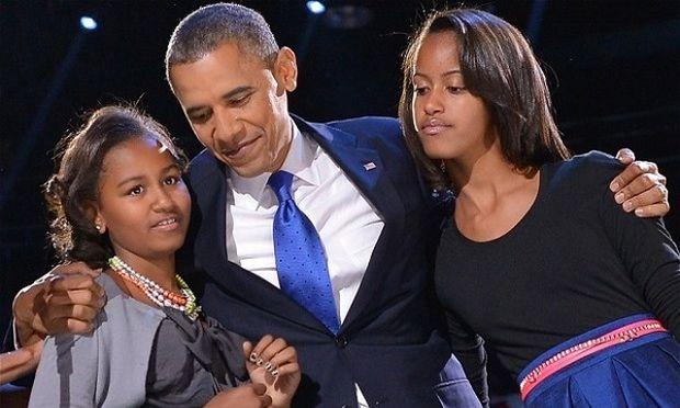 Ημέρα του Πατέρα σήμερα και ο Ομπάμα δηλώνει: «Είμαι αστείος χωρίς να κάνω τις κόρες μου να ντρέπονται»!