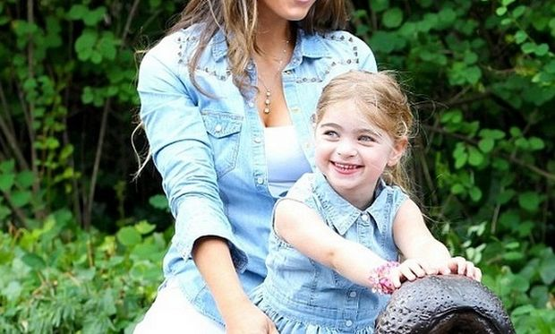Είναι ολόιδια η διάσημη μαμά της! Μπορείτε να την αναγνωρίσετε; (εικόνες)