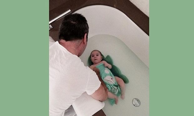 Αυτός είναι μπαμπάς! Κάνει μπάνιο το μωράκι του και «τρελαίνει» το Ίνσταγκραμ (εικόνες)