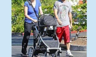 Η πρώτη της έξοδος με τον σύζυγό της 2 μήνες αφότου γέννησε! Σε ποιον μοιάζει το μωρό; (εικόνες)