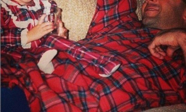 Τι τρυφερό! Μπαμπάς και κόρη φορούν ασορτί καρώ πιτζαμούλες!