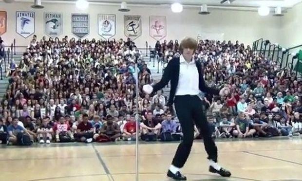 Νεαρός σε διαγωνισμό ταλέντων είναι η... μετενσάρκωση του Μάικλ Τζάκσον! (βίντεο)