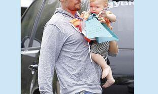 Μπαμπάς και γιος πηγαίνουν για μπάνιο! Ο μικρός του μοιάζει πολύ. Τον αναγνωρίζετε; (εικόνες)