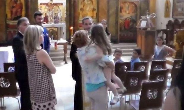 Σάλος με το βίντεο στο οποίο παπάς σταματά την βάπτιση ενός τρίχρονου κοριτσιού