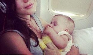 Με το αγγελούδι να κοιμάται στην αγκαλιά της βγάζει φωτογραφίες η διάσημη ηθοποιός εν ώρα πτήσης!
