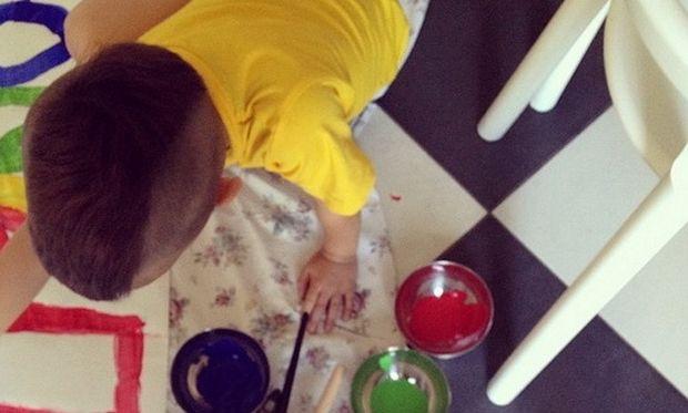 Ο μικρός «Πικάσο» της φωτογραφίας είναι... Ελληνας με πασίγνωστους γονείς!