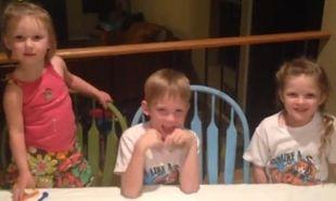 Δεν θα πιστεύετε πώς αντιδρά ένας μοναχογιός μόλις μαθαίνει ότι και το τρίτο αδερφάκι του θα είναι κορίτσι! (βίντεο)