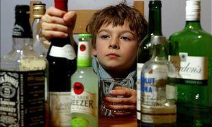 Ακόμα και ένα ποτό μέχρι τα 14 έτη μπορεί να οδηγήσει στον αλκοολισμό των νέων!
