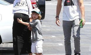 Τι γλυκός γιος! Περπατάνε μαζί και «προστατεύει» την κοιλίτσα της μαμάς του!