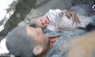 Θαύματα μέσα στην φρίκη του πολέμου. Δύο μηνών μωρό ανασύρεται ζωντανό μέσα από τα συντρίμμια (βίντεο)