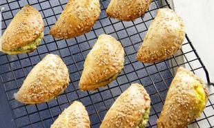 Συνταγή για τυροπιτάκια κουρού - έκπληξη µε 3 διαφορετικές γεµίσεις