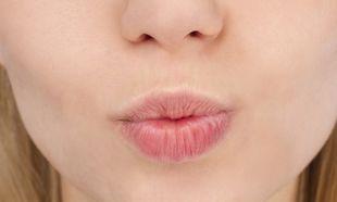 Σκασμένα χείλη μέσα στο καλοκαίρι; Μάθετε πώς να τα περιποιηθείτε