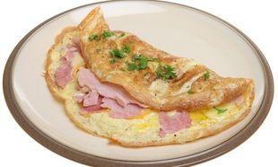 Συνταγή για αφράτη ομελέτα σουφλέ με τυρί και ζαμπόν!