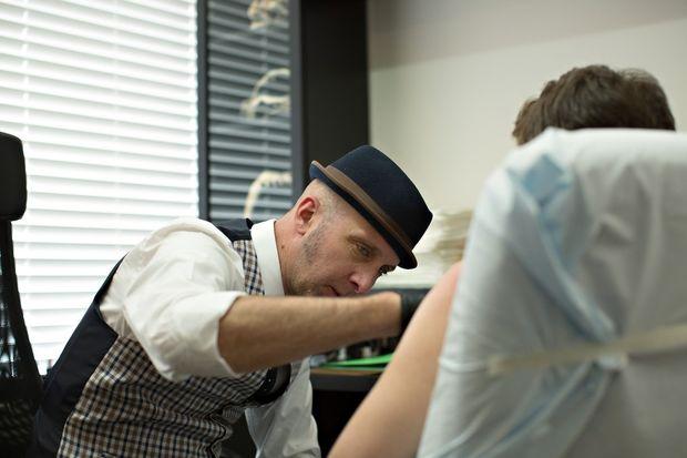 Αυτός ο tattoo artist κάνει για τις γυναίκες ό,τι δεν μπορεί να κάνει κανένας χειρουργός