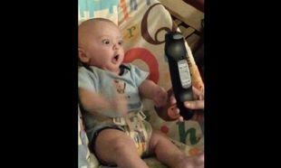 Αυτό το μωρό τρελαίνεται με την εικόνα ενός τηλεκοντρόλ! (βίντεο)