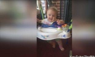 Απίστευτο! Δείτε πώς σταματάει το κλάμα αυτό το μωρό! (βίντεο)