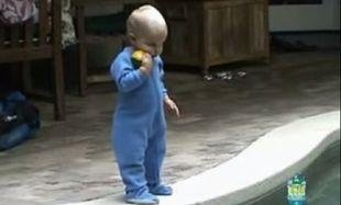Απίστευτο: Δείτε τι συμβαίνει όταν ένα μωρό πέσει σε μία πισίνα (βίντεο)