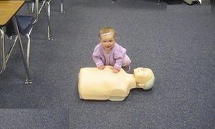 Απίστευτο! Δείτε το μωρό που ξέρει να δίνει τις πρώτες βοήθειες σε μια κούκλα. (βίντεο)