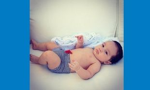 Ένα χρόνο πριν! Η διάσημη μανούλα ανέβασε φωτογραφία του γιου της όταν ήταν μωρό (εικόνα)