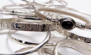 Έχουν μαυρίσει τα ασημικά και τα ασημένια σου κοσμήματα; Το μυστικό κρύβεται στο…