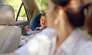 Όλες οι μαμάδες το κάνετε αυτό στο αυτοκίνητο, αλλά διακινδυνεύετε τις ζωές των παιδιών σας!