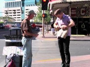 Πλησίασε τον άστεγο και αυτό που ακολούθησε δεν το περίμενε κανείς! (βίντεο)