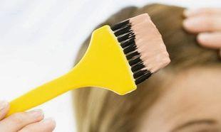 Δε θα πιστεύετε πώς βγαίνει η βαφή μαλλιών από ένα έπιπλο του μπάνιου!