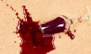 Δε θα πιστεύετε πώς βγαίνει ο λεκές από κόκκινο κρασί αν πέσει στο χαλί σας!