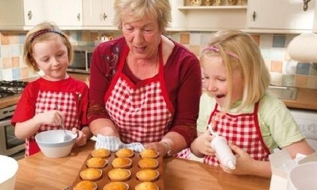 Τι να κάνω όταν οι παππούδες κακομαθαίνουν τα παιδιά στο φαγητό; Από τη διατροφολόγο Ευσταθία Παπαδά