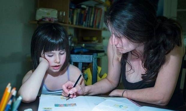 Ένας στους έξι γονείς, κάνει τις εργασίες του παιδιού του για να γλιτώσει την γκρίνια!