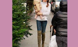 Έχασε όλα τα κιλά της εγκυμοσύνης της και πήγε βόλτα με το μωρό της για χριστουγεννιάτικες αγορές! (εικόνες)