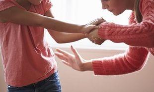 Οι «Ελληνίδες μανούλες» στη Γερμανία, συνωμοτούν για το πώς θα χτυπούν τα παιδιά τους κρυφά!