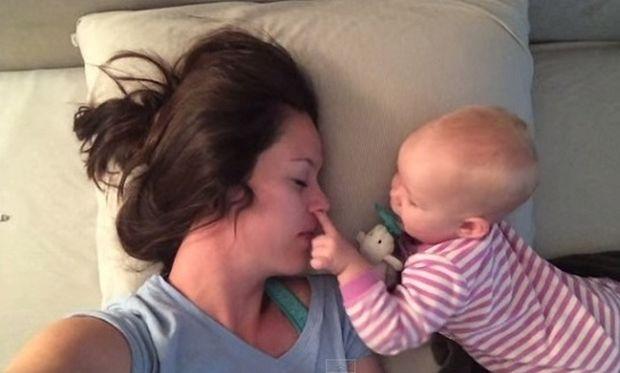 Η μαμά προσπαθεί να κοιμίσει το μωρό της αλλά εκείνο έχει άλλα σχέδια! (βίντεο)