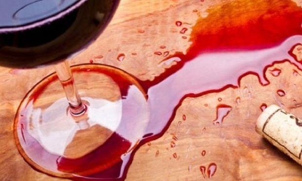 Δεν πάει ο νους σας πώς βγαίνει ο λεκές από κρασί!