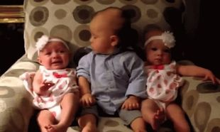 Δε θα πιστεύετε πώς αντιδρά ένα νήπιο ανάμεσα σε δίδυμα μωράκια! (βίντεο)
