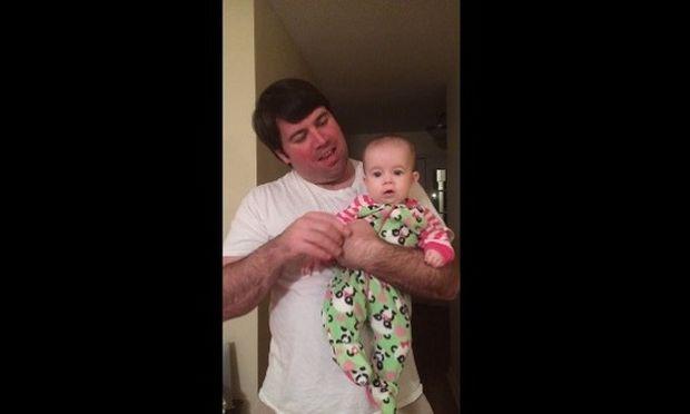 Μπαμπάς με την 6 μηνών κόρη του τραγουδούν χριστουγεννιάτικο τραγούδι! (βίντεο)
