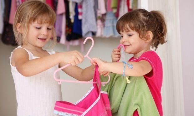 Δείτε τι πρέπει να κάνετε όταν το παιδί σας επιμένει να φορέσει, αυτό που θέλει εκείνο!
