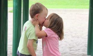 Τι πρέπει να κάνουμε αν το παιδί μας φιλήσει ένα άλλο παιδί στο στόμα;
