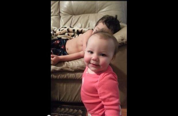 Μικρό κοριτσάκι προσπαθεί να ξυπνήσει τον αδερφό της! Η αντίδρασή του θα ζεστάνει τις καρδιές σας!