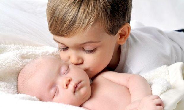Το μεγάλο παιδί ζηλεύει το μωρό: Τα 5 βήματα που πρέπει να ακολουθήσετε!