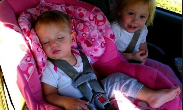 Μωρό κοιμάται στο αυτοκίνητο όταν ακούει το αγαπημένο του τραγούδι! Δείτε την αντίδρασή του! (βίντεο)
