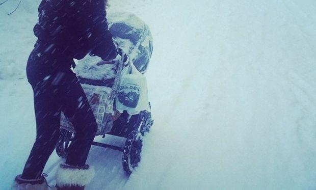 Το είδαμε κι αυτό! Πασίγνωστο μοντέλο έβγαλε βόλτα το μωρό του με το καρότσι στα χιόνια (εικόνα)
