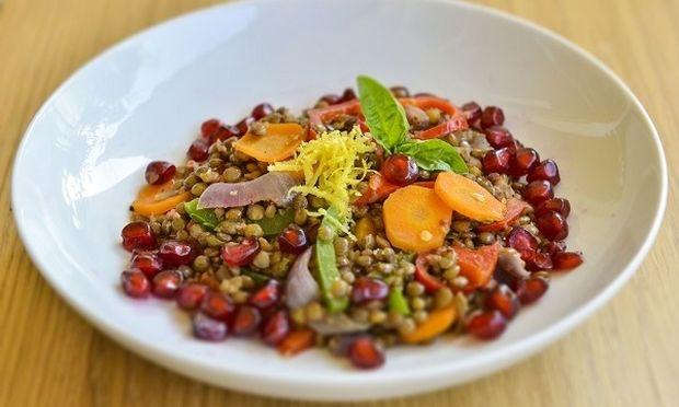 Ζεστή σαλάτα με φακές,  λαχανικά, λουκάνικο και ρόδι, από τον Γιώργο Γεράρδο!