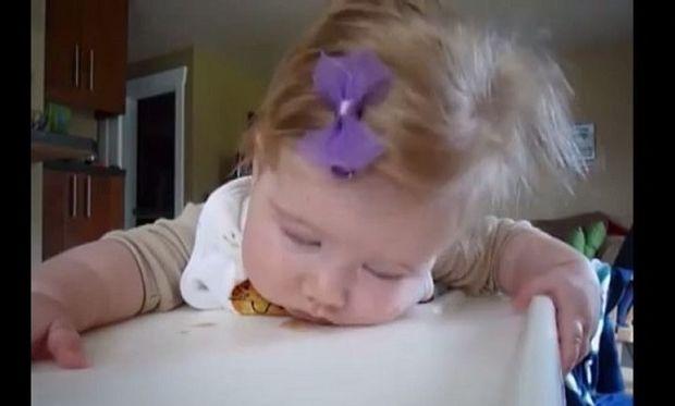 Αυτά τα τρία μωράκια δε μπορούν με τίποτα να στερηθούν τον ύπνο τους! Ένα «ξεκαρδιστικό» βίντεο που πρέπει να δείτε!